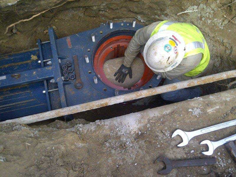 Insert Valve temporary gate valve getting put in place for hottap